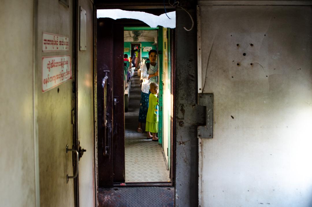 cestovanie vlakom v Mjanmarsku
